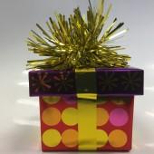 Ballongewicht Geschenk - gelbes Geschenkband, lila Deckel